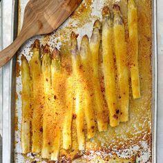 Ofenspargel ist schnell und einfach zubereitet. Der Spargel bekommt durch das Garen im Ofen einen besonders intensiven Geschmack.