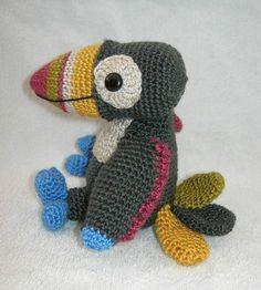 Pájaro Tucán Amigurumi - Patrón Gratis en Español - Click aquí: http://www.galamigurumis.com/el-tucan-un-pajaro-de-cuenta-patron/ ( Se tiene que trabajar el patrón en el mismo blog ya que no se puede copiar ni imprimir)