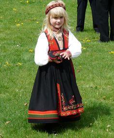 Cute little girl in East Telemark bunad Folk Costume, Costumes, Norwegian Clothing, Norwegian People, Norse Vikings, Swedish Design, Cute Little Girls, Design Crafts, Norway