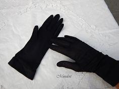 Rukavičky+7+Černé,+elegantní+rukavičky,+nenošené,+pružné,+šířka+u+horního+konce+18+cm,+délka+prostředníčku+8+cm,+jemná+šiťovina,+bezvadný+stav,+rukavičky+jsou+vyprané,+možno+okamžitě+nosit.+Klobouk+ani+kabelka+nejsou+předmětem+prodeje,+avšak+nabízím+kabelku+https://www.fler.cz/zbozi/kabelka-cerna-6-8906257+a+klobouk+https://www.fler.cz/zbozi/klobouk-cerny-15-8906186....