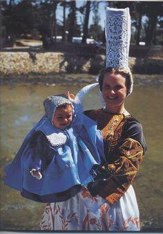 Costume bigouden des années 30 les broderies sur le devant et ornant les manches du corsage n'ont guère changé depuis le début du siècle. L'ornementation du tablier elle, est typique de cette époque. le costume de l'enfant est porté par les filles comme par les petits garçons jusqu'à l'âge de 5 ans.