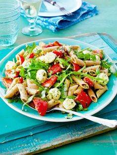 In 30 Minuten ist der super leckere Nudelsalat mit Rucola, Paprika und kleinen M… In 30 minutes, the super delicious pasta salad with arugula, peppers and small mozzarella balls is ready. The perfect accompaniment to grilled sausage, steak and more. Barbecue Recipes, Grilling Recipes, Lunch Recipes, Cooking Recipes, Barbecue Bbq, Healthy Salads, Healthy Recipes, Grilled Sausage, Homemade Pasta