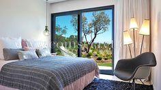 Belle chambre dans villa contemporaine avec piscine chauffée à Pinarello près de Porto-Vecchio, Corse, à louer pour des vacances avec Coins Secrets. Holiday letting with private pool in Corsica.