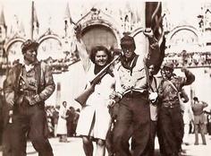 Partigiani garibaldini in piazza San Marco a Venezia nei giorni della liberazione