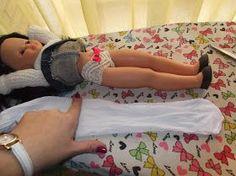 Esta mañana, mi amiga Belén me pidió que pusiera un paso a paso para . Sewing Doll Clothes, Sewing Dolls, Clothes Crafts, Ag Dolls, Doll Clothes Patterns, Barbie Dolls, Cute Teen Outfits, Teenage Girl Outfits, Baby Boy Outfits