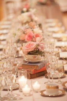 Mesa com arranjo de flores rosa - Decoração de Casamento em Tons de Rosa
