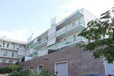 RIF.2262 Monopoli-Zona nord, Via Baione, vendesi comodo appartamento al terzo piano di un piccolo condominio, composto da ingresso-salone, cucina abitabile, disimpegno, 2 bagni, 2 ampi vani letto. Buone condizioni. Tripla esposizione con 2 spaziosi balconi. Box auto di mq 45.