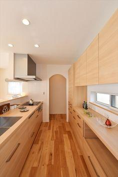 太陽の光差し込む明るく大きい吹き抜けと小屋裏収納ある家 Kitchen Interior, Interior Design Living Room, Living Room Decor, Japanese Kitchen, Sustainable Design, Kitchen Cabinets, New Homes, House, Furniture