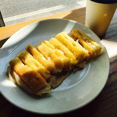 LANGUORINO? #focaccia marchigiana con prosciutto e formaggio ❤️ // little hungry? #Toast with #ham and #cheese✔️✔️