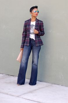 Checked Blazers For This Spring? 25 Stylish Outfits to Inspire - Jeans For Petite Women - Ideas of Jeans For Petite Women - Gorgeous woman with wide leg jeans white t-shirt with print and a checked print blazer chic sophistication look is so easy Blazer Jeans, Outfit Jeans, Look Blazer, Plaid Blazer, Denim Shorts, Jean Outfits, Stylish Outfits, Fall Outfits, Fashion Outfits
