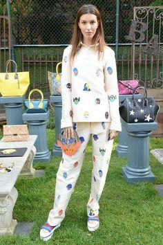 「ステラ マッカートニー」2015年リゾート スーパーヒーローのイラストがユーモラスなフェミニンテーラリング | 「ステラ マッカートニー(STELLA McCARTNEY )」2015年リゾートは、デザイナーのステラが1970年代に母親が着用していた服をインスピレーション源にしたコレクション。 カラフルなスーパーヒーローのイラストをプリントしたウエアやアクセサリーが登場するなど、ユーモアに溢れるアイテムが印象的だ。 カットアウトを施したパープルのチュニックやマルチプリントのセクシーなホルターネックのトップスやスカーフドレスを披露。 女性が自分らしくいられるようなフェミニンテーラリングのスピリットを表現した。