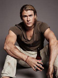 """… e é caso para dizer """"short or long hair, we don't care""""! Porque parece que a Chris Hemsworth não há nada que caia mal."""