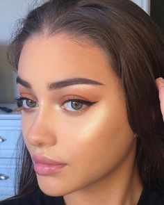 Discover more about eye makeup trends Subtle Makeup, Natural Makeup Looks, Natural Beauty, Natural Brown Eye Makeup, Green Eyes Makeup, Natural Green Eyes, Brown Hair Green Eyes, Simple Makeup Looks, Natural Lips