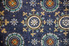 Il Mausoleo di Galla Placidia, oggi patrimonio dell'UNESCO, costruito nel V secolo, conserva i mosaici più antichi e preziosi di Ravenna. Fiori geometrici e stelle stilizzate che risplendono sullo sfondo di un cielo notturno, in un magico gioco di contrasti che mette in risalto tutti gli elementi rappresentati e rende la luce, simbolo della grazia divina, assoluta protagonista di questo capolavoro. #OVSArtsOfItaly