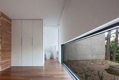 homify / around architects: Atelier Namu Saenggak: around architects의 창문