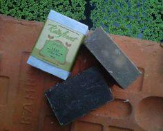Sabun yang sangat lembut di kulit. Cocok untuk penghilang bau badan, amis, dan bumbu berkat aroma kopi dan mint. Bisa juga dijadikan pengganti sampo Anda.