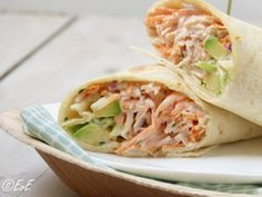 Smoked chicken wrap with spring onions, carrots and avocado/wrap gevuld met gerookte kip, avocado, wortel, uit en een mayonaise-yoghurtdressing. Tapas, Lunch Wraps, Tacos And Burritos, Tortilla Wraps, Cooking Recipes, Healthy Recipes, Happy Foods, Wrap Sandwiches, Cookies