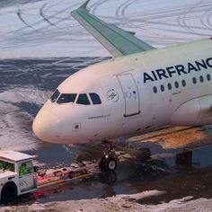 """Bruno Lauper [15.5k] hat einen Beitrag auf Instagram geteilt: """"ZRH 16.12.2018 • #fgugq #airfrance #AirbusA318 @airfrance #snow #bluehour #bluelight #deicing…"""" • Folge seinem/ihrem Konto, um alle 6,427 Beiträge zu sehen. Air France, Jet, Aircraft, Vehicles, Instagram, Aviation, Plane, Rolling Stock, Planes"""