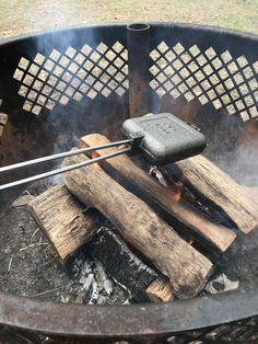 Using a pie iron for the first time can be frustrating and rewarding. Find out what not to do when learning to cook with a pie iron on your next campout. Pie Iron Cooking, Dutch Oven Cooking, Fire Cooking, Outdoor Cooking, Cooking Time, Backpacking Food, Camping Meals, Camping 101, Camping Recipes