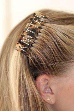 Hårkam- KnitterNB! Dette er en forhåndsbestilling, produktet ventes i nettbutikk i begynnelsen av august.Superpopulær og trendy hårkammed tekst. Denne kammenhar teksten: Knitteri swarowski krystaller.Hårkammen sitter godt i håret selv på de med glatt hår. Sitter godt i tynt og tykt hår.Den er 8 cm x 6 cmSupre gaver til den strikkeglade, eller til deg selv. Bobby Pins, Hair Accessories, Earrings, Beauty, Jewelry, Fashion, Ear Rings, Moda, Stud Earrings