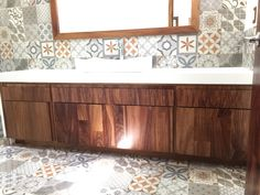 Mueble de baño en madera de parota Play Wood, Modern Credenza, Wood Design, Corner Bathtub, Bathrooms, Villa, Mexican, Inspired, Projects