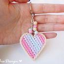 Il portachiavi cuore effetto maglia è un articolo realizzato interamente a mano, con pasta polimerica FIMO e catenella e anello in metallo. Delicato e romantico, un ottimo regalo o un ciondolo da...