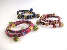 Pulseras de cordón estampado con motivos étnicos con cuentas indias y de cristal. // Bead bracelets stamped with Indian ethnic motifs and glass beads.