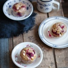 Muffins aux bananes, framboises & chocolat blanc Muffins with bananas, strawberries & white chocolate – Station De Recettes Pizza Dessert, Dessert Drinks, Dessert Ideas, Raspberry And White Chocolate Muffins, Raspberry Muffins, Muffin Recipes, Breakfast Recipes, Macarons, Crepes And Waffles