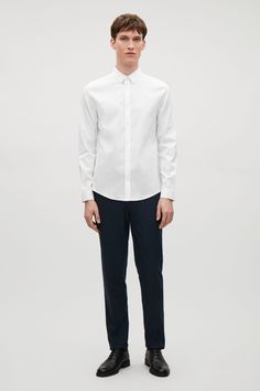 This shirt is made from crisp cotton-mix with a comfortable stretch and a subtle textured finish. A versatile slim-fit, it has a pointed collar, slightly curved hem and a pearlescent button fastening.