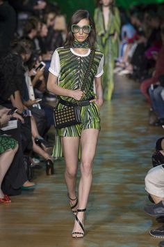 See all the Collection photos from Elie Saab Spring/Summer 2018 Ready-To-Wear now on British Vogue Fashion 2018, Fashion Week, Love Fashion, Runway Fashion, Fashion Outfits, Fashion Design, Kaftan, Elie Saab Printemps, Elie Saab Spring