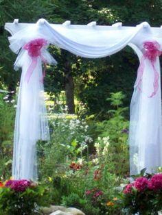 Quelques arches pour une décoration de mariage en exterieur