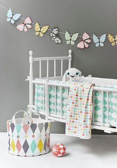 Un tour de lit coloré pour bébé