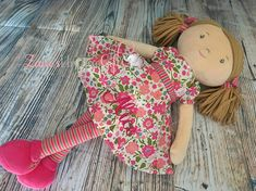 Katy wird mit Name oder Shot Message personalisiert Ihr rosa Kleid ist so hübsch mit dem zarten kleinen Blumendruck und wir lieben einfach die helle Strumpfhose, die sie trägt. Ihre Haare sind in Bündeln mit einem Band gebunden, das zu ihrer Strumpfhose passt und Katy ein komplett