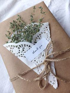 regalo con papel kraft, blondas y elementos naturales : via MIBLOG
