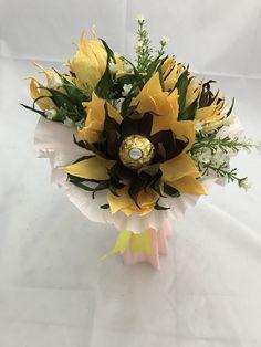 Este bonito bouquet consta de 3 girasoles muy dulces ya q llevan un delicioso chocolate dentro Regalo Baby Shower, Floral Wreath, Diy, Wreaths, Chocolate, Ideas, Home Decor, Parties Kids, Diaper Basket
