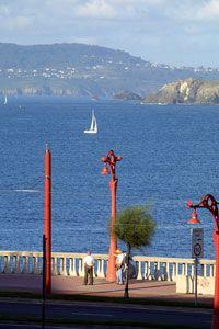 El Paseo Marítimo de A Coruña, es uno de los más largos de Europa con más de 13 kilómetros que recorren desde el Castillo de San Antón hasta el Portiño, envolviendo la ciudad.