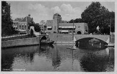 1928-1933. Gezicht op de Tolsteegbrug over de Stadsbuitengracht te Utrecht; links de Bijlhouwerbrug en op de achtergrond het Politiebureau Tolsteeg (Tolsteegbrug 1).