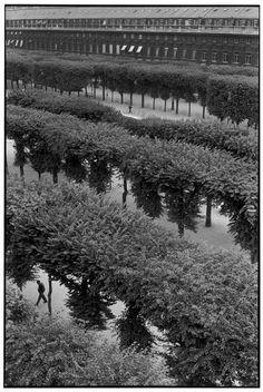 Henri Cartier-Bresson,  Jardins du Palais Royal, Paris, 1959. © Henri Cartier-Bresson/Magnum Photos.