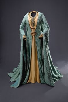 """Costumes: Dresses & Gowns – Glenn Close, """"Hamlet,"""" Warner Brothers/ Icon, Designed by Maurizio Millenotti, The Collection of Motion Picture Costume Design: Larry McQueen Medieval Costume, Medieval Dress, Theatre Costumes, Movie Costumes, Medieval Fashion, Medieval Clothing, Historical Costume, Historical Clothing, Historical Photos"""