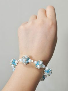 final look of the blue bead ball bracelet