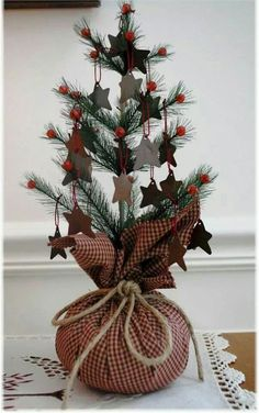 Absolutely adore this little country Christmas tree decorated so simply with stars!