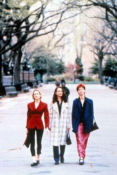 Depuis 1998, Carrie nous en a mis plein les mirettes avec ces outfits extravagants. De judicieuses leçons de mode dont on prend bonne note pour la rentrée. Focus: mode des années 90, veste en velour rouge, jupe longue rose, manteau à carreaux.