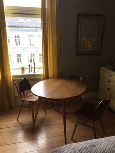 (2) FINN – Ercol design bord med butterfly chairs Ercol Furniture, Butterfly Chair, Chairs, Dining Table, Design, Home Decor, Decoration Home, Room Decor, Dinner Table