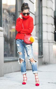 Look de street style com maxi tricot de gola alta vermelho, calça jeans destroyed, scarpin vermelho e bolsa Céline vermelha
