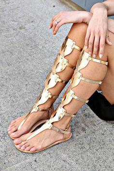 Sandali Sandali gladiatore da donna greci di TheMerakiCompany - THINGS TO DO - Slipper Sandals Sexy Sandals, Greek Sandals, Pretty Sandals, Women Sandals, Shoes Women, Leather Gladiator Sandals, Gold Shoes, Gold Flats, Fashion Shoes