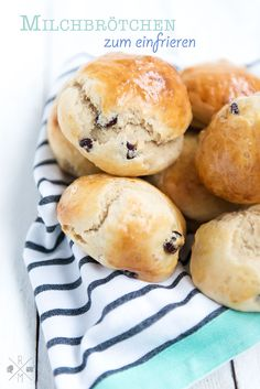 Make milk rolls yourself with the Thermomix delicious milk bun recipe with raisins for freezing! # bun The post Milk rolls in stock (Thermomix variant) appeared first on Dessert Park. Homemade Rolls, Homemade Cake Recipes, Bread Recipes, Baking Recipes, Bun Recipe, Rolls Recipe, Milk Roll, Raisin Recipes, Cooking Chef