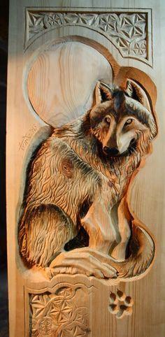 дверь волк деревянная