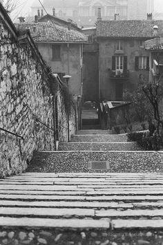 Salita per il Castello - Brescia 1982 Salita per il Castello - Brescia 1982 http://www.bresciavintage.it/brescia-antica/foto-d-autore/salita-il-castello-brescia-1982/