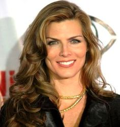 Montserrat Oliver: modelo, actriz, empresaria y conductora de televisión mejicana.