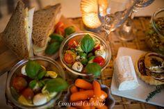 Schneller Tortellini-Salat mit Tomaten und Mozarella -Tipps für ein kuscheliges Indoor-Picknick und Blitz- Rezepte Indoor Picnic, Pickles, Cucumber, Cozy, Meat, Chicken, Tomatoes, Autumn, Tips